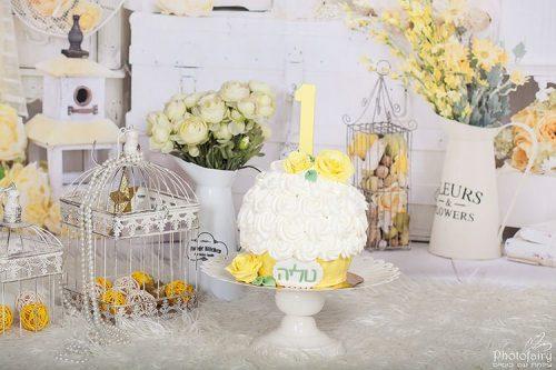 סמאש קייק עם פרחים בסגנון רומנטי חגיגי