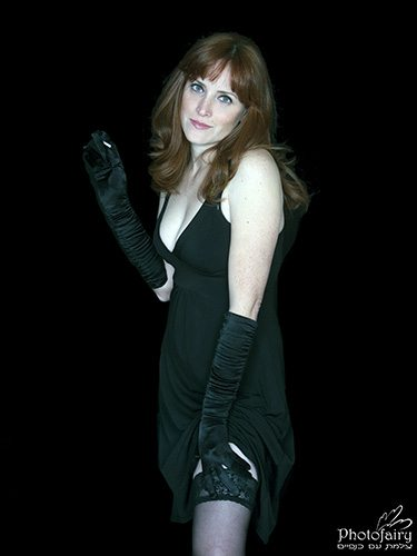 צילום אומנותי סקסי- בשמלה שחורה וכפפות