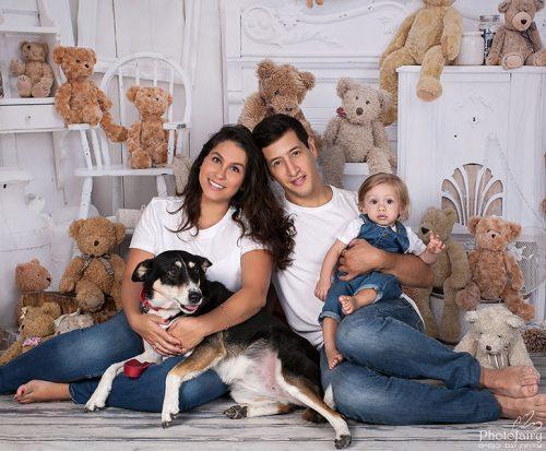 צילום משפחתי בסטודיו עם הכלב