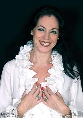 צילום תדמית ייצוגי עם חולצה לבנה