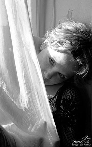 צילום אמנותי -פורטרט שחור לבן מאחורי וילון לבן