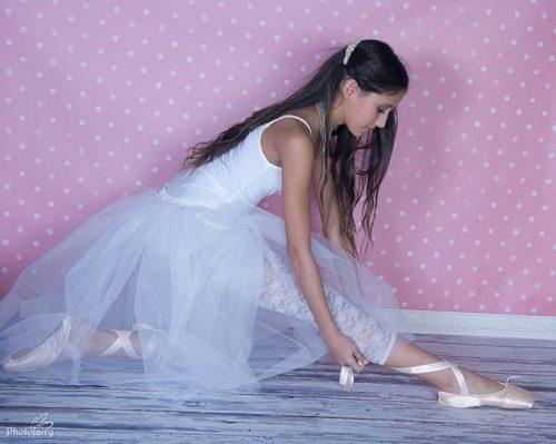 בוק בסטודיו לצילום- רקדנית עם טוטו לבן ונעלי פויינט