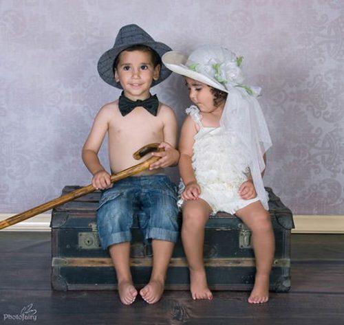 אח ואחות עם בתלבושות רומנטיות על מזוודה