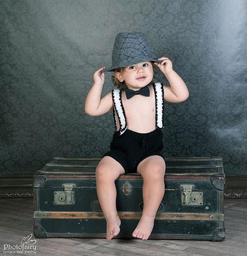 תמונה מקצועית לתינוק- יושב על מזוודה ישנה