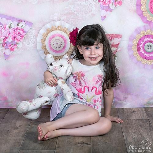 צילום ילדים- ילדה עם דובי פרחוני