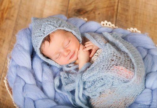 צילומי ניו בורן- תינוק מחייך-אקססוריז בגוון תכלת