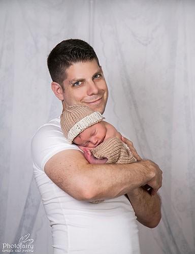צילום ניו בורן- אבא מחזיק בזרועותיו בייבי פצפון