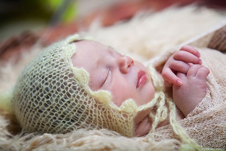 צלמת ניו בורן במרכז- תינוק מתוק עם כובע סרוג צהוב