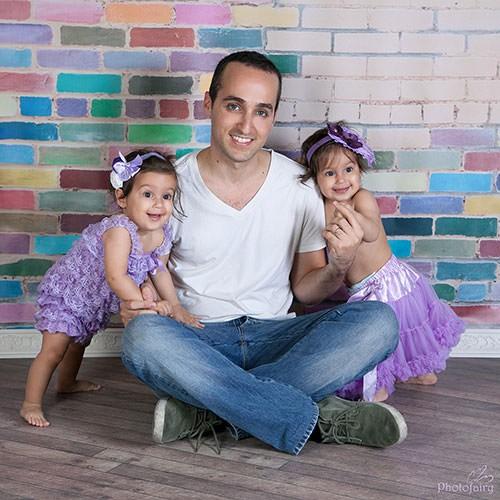 צילומי משפחה- אבא ותאומות מתוקות בנות שנה