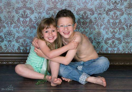 ילדים, אח ואחות מחובקים