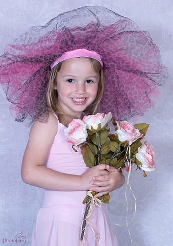 ילדה עם זר פרחים