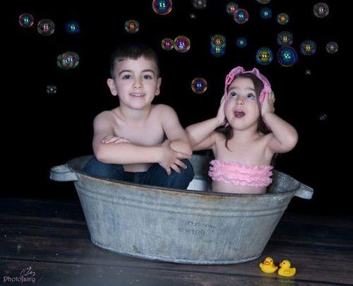 ילדים בתוך גיגית עם בועות