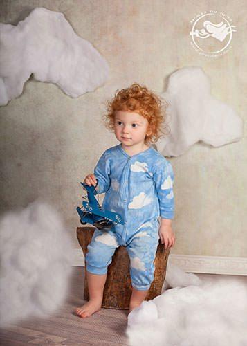 צילום ילדים משגע בסטודיו- ילד עם עננים
