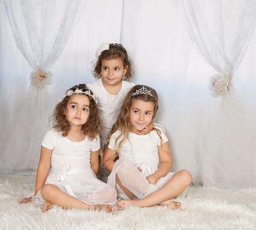 צילום ילדים- שלוש אחיות בלבן