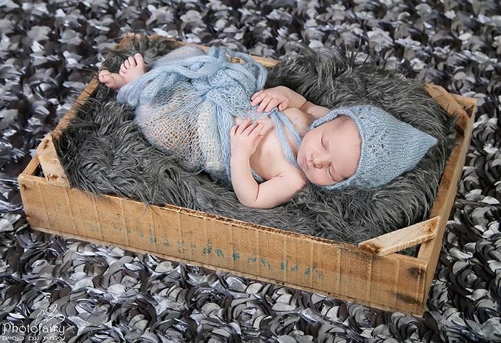 סטודיו לצילומי ניו בורן - תינוק באקססוריז בצבע אפור ותכלת ישן בארגז וינטאג