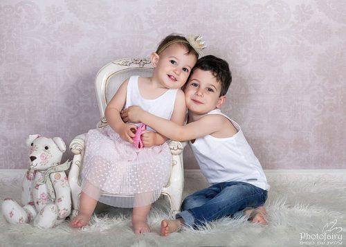 צילום ילדים בסטודיו- אח ואחות בסגנון קלאסי רומנטי