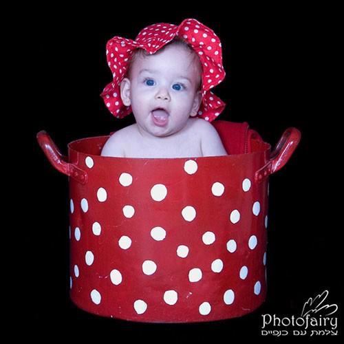 צילומי תינוקות- תינוק יושב בתוך סיר חיפושית