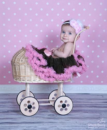 בוק לתינוקת בעגלת קש