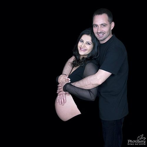 צילומי הריון במרכז- צילום קלאסי מחמיא עם ביגוד שחור על רקע שחור