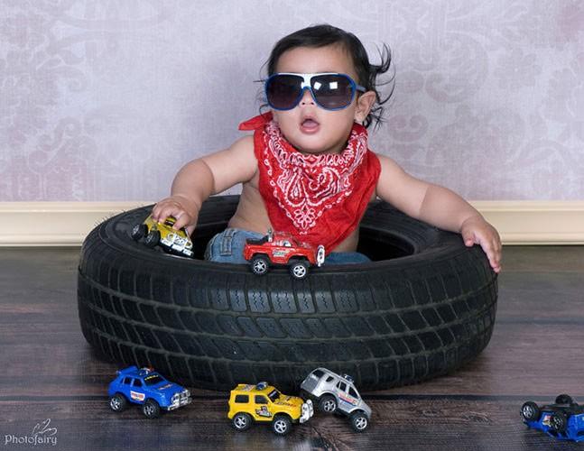 צילומי תינוקות- תינוק קול עם מכוניות