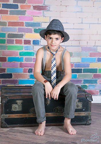 צילום ילד בסטודיו- ילד עם כובע ועניבה