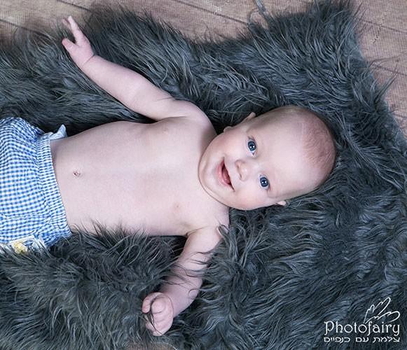 תינוק מחייך מצולם מלמעלה - צילומי ניו בורן