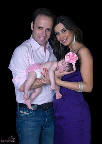 אבא אמא ותינוקת שרק נולדה בתמונה מקסימה