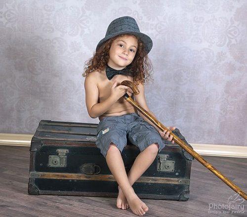 ילד עם עניבה וכובע