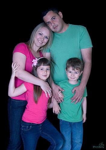 אמא אבא וילדים בצבעי לבוש תואמים
