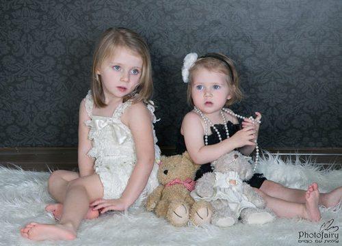 צילומי ילדים- אחיות בשחור ולבן