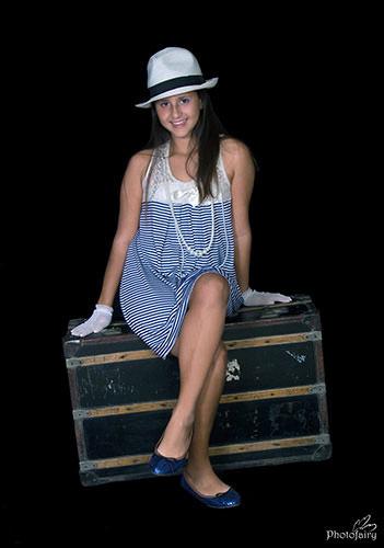 בת 12-יושבת על מזוודה רטרו