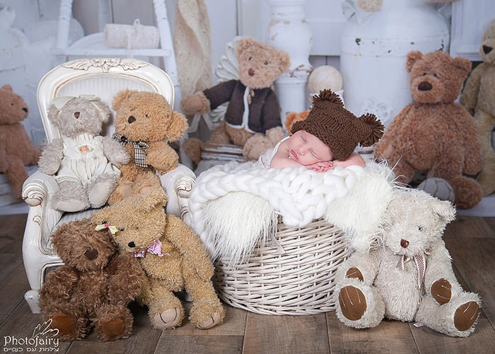 צילומי ניו בורן במרכז- תינוק עם כובע דובי ומלא דובים מקסימים