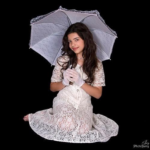 תמונות לבת מצווה עם שמלת תחרה ושמשיה