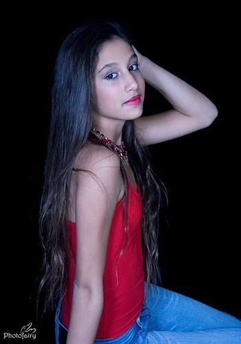 תמונה לבוק- גופיה אדומה ויד בשיער