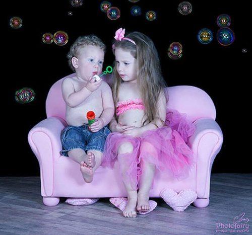 ילדים יושבים על ספה מעוצבת