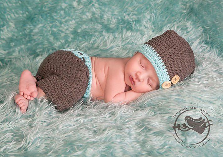 תינוק ניו בורן בתלבושת סרוגה