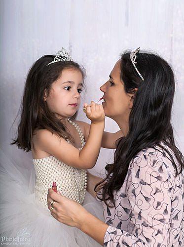 אמא ובת- הילדה מאפרת את אמא