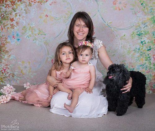 אמא, בנות והכלב המשפחתי