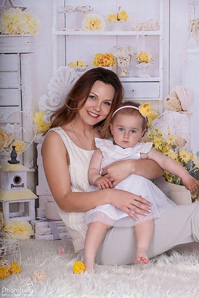תמונות משפחה- אמא ובת עם פרחים