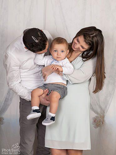 צילום משפחה בלבן- אבא, אמא ובייבי