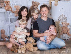 צילומי משפחה שמחים בסטודיו מקצועי