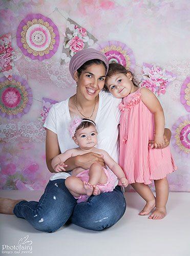 צילום משפחה אמא ובנות ברגע של חיבור