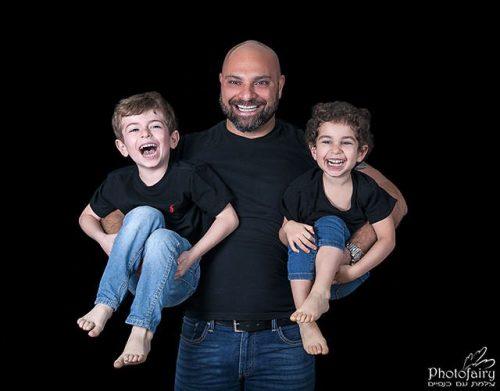 אבא וילדים צוחקים