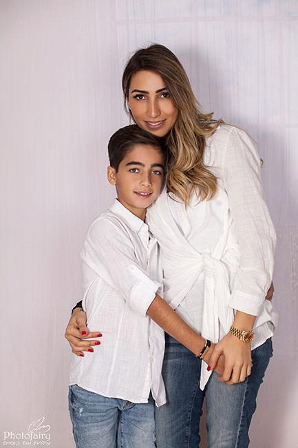 צילום משפחתי אמא ובן בלבן