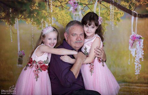 צילום משפחתי סבא ונכדות