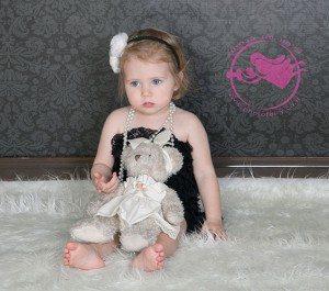 צילום תינוקת על פרווה לבנה