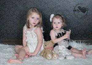 שתי אחיות בשחור ולבן