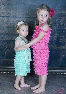 צילום משפחתי של שתי אחיות מתוקות