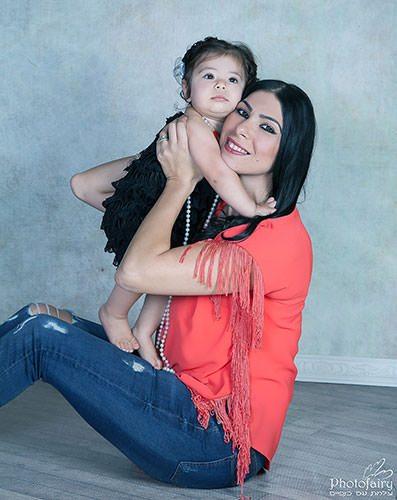 חיבוק של אמא ותינוקת