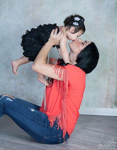 נשיקה של אמא ותינוקת